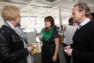 Ewa Wirén, redaktionschef på Dalarnas tidningar, Malin Rogström,  redaktionschef på SVT Gävledala och GD:s fotochef Leif Jäderberg minglar på redaktionsinvigningen.