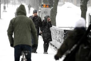 Flanörer på stan skrämdes inte av snöfallet.