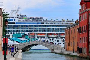 Kryssningsbåtar stör Venedig.