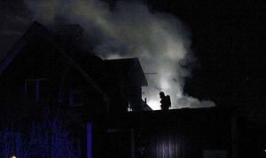 Rökdykare tog sig in på övervåningen och vattenmassor pumpades in på bottenplan.