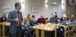 Många kom för att diskutera gruvfrågor med riksdagsledamoten Jonas Eriksson (MP).