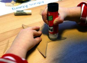 Hjärtekorg. Två cirklar av glansigt papper limmas ihop till ett fint hjärta. Limma fast ett handtag på din korg i avvikande färg. Fyll med julgodis och häng i granen.