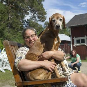 Hunden Kaka vill också vara med på ett hörn. Här tillsammans med matte Eva Wallin.
