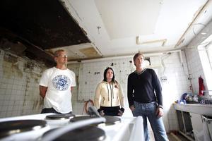 Harri Ahonen, Annika Kulo-Lindkvist och Magnus Lundgren visar lokalerna som ska förvandlas till fritidsgård.