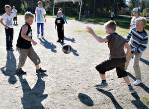 Fotboll - en given rastaktivitet på skolgården.