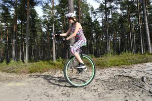 Färnästjejen Selma Cedervall, 12 år ska cykla Ckelvasan på ett hjul.