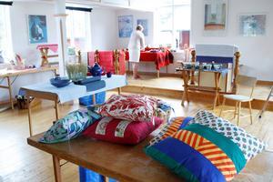 Kuddar i alla möjliga former och mönster pryder såväl utställningsbord som fönsternischer.