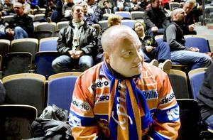 """SNOBBIGT. Åke Sjödin från Bollnäs är än så länge rätt ensam om att sitta i färgglad matchtröja på läktaren. """"Det känns som att det blir ett lite snobbigare stuk här i Sandviken. I Ljusdal var det allt från pumps till Graningekängor, alla kunde gå. Men rent sportsligt är det här ett lyft"""", säger han."""
