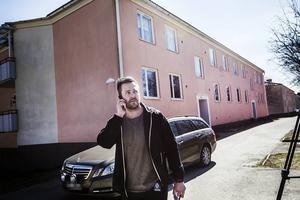 – Vi väntar på tekniker som ska säkra platsen och så genomför vi intervjuer med närboende, säger Andreas Bergström, polisens platschef för händelsen.