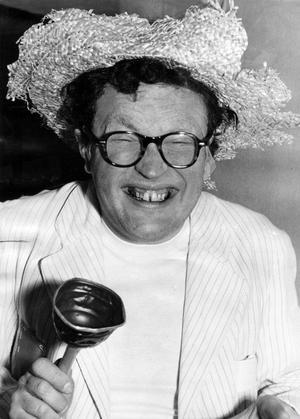 Povel Ramel som 'naturbarn' i 'Knäppupp III'. Revyn med underrubriken 'Tillstymmelser', hade premiär på Ideon 1956.