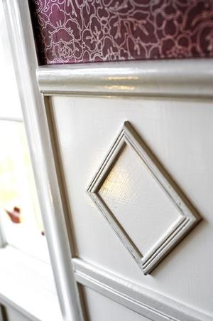 Alla snickerier i huset är bevarade och ommålade. Spegelbröstningen får ett extra lyft av dekoren i överkant.