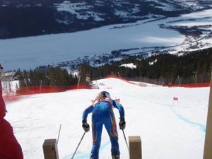 Utsiken över Åre var fantastisk under den första dagens soliga tävling. Här är det en åkare i D 14–15 som ger sig iväg.
