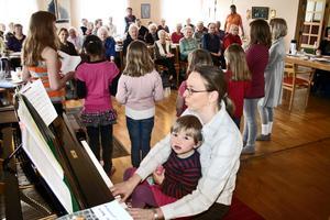Katharina Hieke har varit en högst engagerad och kunnig organist i församlingen där hon bland annat lett kyrkans körer. I sitt knä har hon dottern Christina.