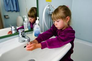 Rena händer. Lina Tegmark tvättar händerna efter fruktmellanmålet. Foto:Janne Eriksson