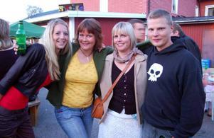 Anna Olsson, Anna Klockervold, Nina Zachrisson och Rasmus Häggkvist tyckte att det var bra stämning på lördagens Björnfest.