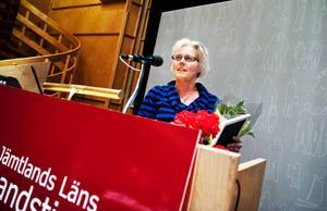 Östersunds bugg- och rock´n rollklubbs ordförande Mariann Wiklund tackar landstingsfullmäktige för uppmärksamheten.