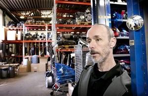 Lageransvarig är Conny Andersson som har cirka 22 000 delar att hålla redan på.