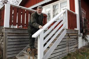 Tomas Mälson i Furusund är upprörd över sin nedsotade veranda.