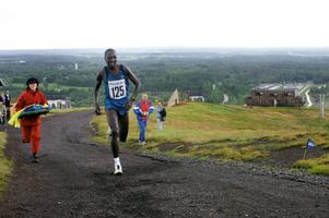 Nytt lopp på högen. Kvarntorpshögen har varit scen för terränglopp tidigare. Här springer kenyanen Josef Kibet Lelei mot segern i en av upplagorna av Konst på hög-loppet.