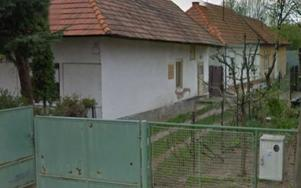 Under flera år bodde familjen utomlands. Här är en bild på mammans hus.
