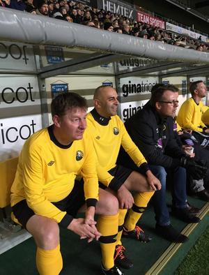 Åke Larsson och Elfsborgs tränare Janne Mian pustar ut efter ett byte i matchen mot TV4-laget.
