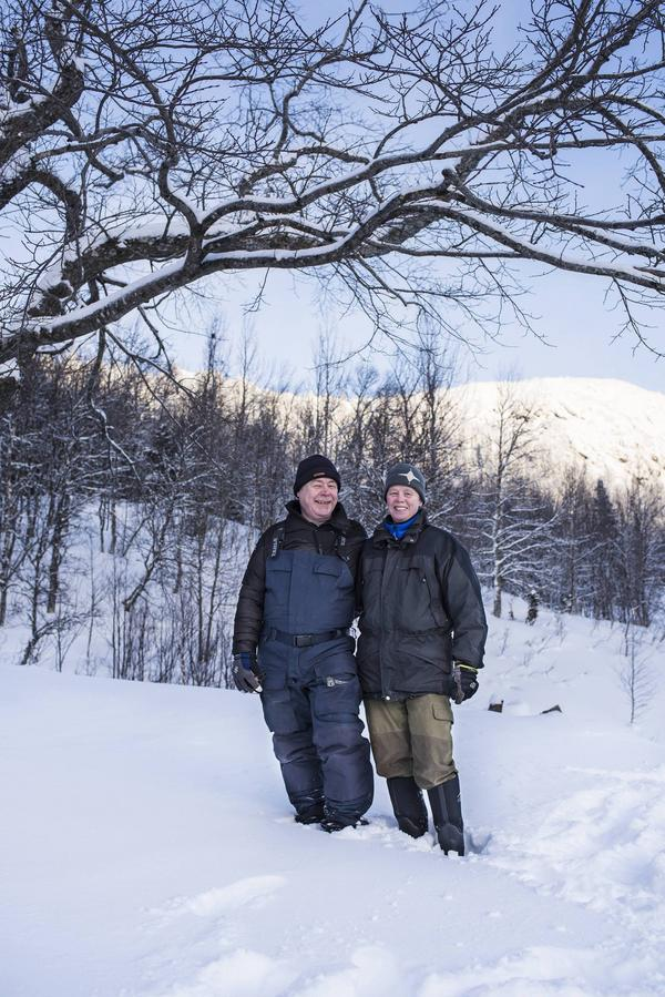 Randi Olofsson-Lund och Håkan Lund under den gamla almen i Almdalen.