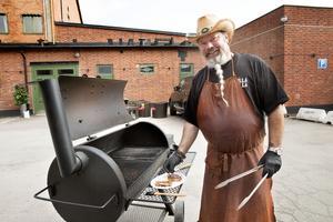 Rojne grillar på en kombinerad grill och rök med lock.