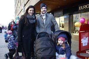 Familjen Apel stod också i den långa kön längs Drottninggatan. Pappa Fredrik, mamma Maria, Isabelle, 3 och i barnvagnen låg två månader gamla Samuel.
