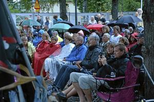 Musikpublik. Konserten drog en hel del publik på planen utanför Cornelis i Grythyttan.