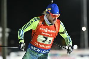 Sveriges Torstein Stenersen under söndagen vid världscuptävling i skidskytte singelmixstafett på skidstadion i Östersund.