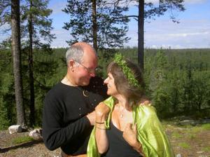 Håkan Fridén och Cathrin Hermansson, Söråker, vigdes vid en zenbuddhistisk ceremoni i S:t Uriels Zendo, Lillhärdal, Härjedalen, den 30 juli. Vigselförrättare var Evert Sundien.Foto: privat