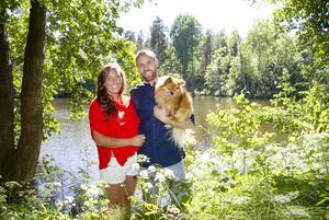 Jessika Eriksson och Andreas Bengtsson, som har Laban i famnen, har sålt sommarstugan. I Lexe har de nära till naturen.