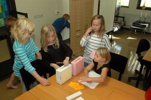 ÖVERVAKAR. Kajsa Edman anger vilka hon tycker ska få ordförande- och sekreterarposterna i elevrådet. Valförrättarna Wilma Sjöberg, Thea Sjöberg och Alva Rollén Edin ser till att allt går rätt till.