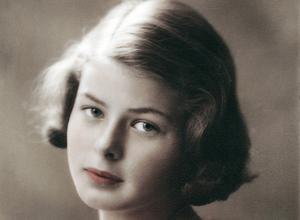 Kolorerat fotografi av Ingrid Bergman, 14-15 år gammal. Eventuellt taget av Justus Bergman eller Ateljé Wahlberg i STockholm 1929. Förstoring och kolorering av Linnea Palén ca 1937.
