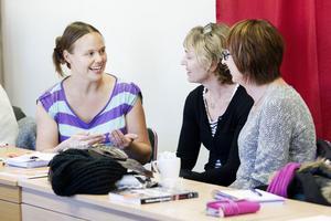 Lärarna Elin Eriksson och Eva Yttermyr och RFSU:s vice ordförande Erika Wennerström diskuterar en av kursens gruppövningar.– Det är väldigt lärorikt och inspirerande, säger  Eva Yttermyr, lärare på Hedängskolan i Storvik.
