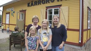 Susanne Andersson Kratz (lila) och Jennie Andersson Kratz (mörkblå), samt kusinerna Cecilia och Sara Hjelm från Rättvik kom för att ta del av festligheterna.