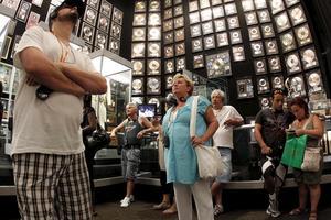Turister i det så kallade troférummet i Elvis Presleys hem Graceland i Memphis.
