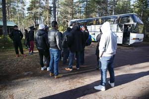 Polisen Dalarnas myndighetsjurist anser att polisen agerat korrekt när de inte gripit in vid nyanländas bussprostester. men efter närmare analys slår juristen fast att polisen har rätt att ingripa.
