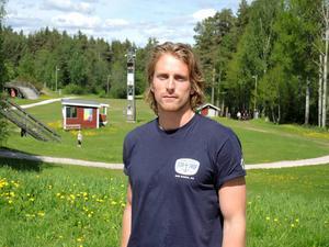 Emil Johansson har i alla år tävlat för IK Jarl, och gör så även i år. En del av den tuffa grundträningen i sommar kör han i området vid klubbstugan.