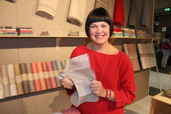 Växbo lin är ett ganska nystartat företag i linnesammanhang. Företaget gör dukar men storsäljaren är denna disktrasa i lin, berättar ägaren Hanna Bruce.