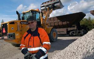 Lokföraren av kalktåget, Lennart Ljunggren, manövrerade tåget med en teknisk anordning på magen så att det kunde rulla fram efter varje fullastad vagn. Foto: Hans Olander/DT