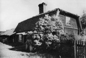 Kandidat nummer två. Mejeri och bagarstuga, öster om herrgården 1906. Bevarad och i dag kallad Gula Villan.