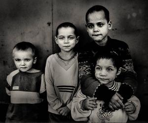 Fyra pojkar av romskt ursprung på ett barnhem i Bukarest i Rumänien.
