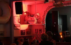 Panthers trummis Roger Eriksson finns inte längre men hans trumset hade fått en hedersplats vid sidan av scenen.