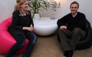 Caroline Nyberg Wass på reklambyrån Smida i Falun och Jon Svensson VD på Sprida i Borlänge hoppas på seger för GS-fackets kampanj Gemensam Styrka som de båda företagen ligger bakom. Foto: Bengt Pettersson