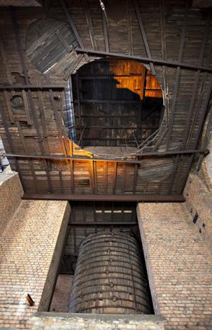 Ugnsvärmen kunde ligga på 1 500 grader i hyttan och sotet från brasorna sitter kvar på väggarna.