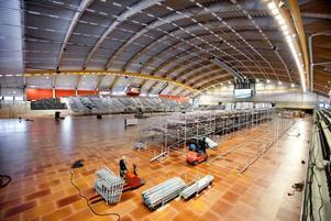 Läktarbygget inne på Göransson Arena börjar ta form. Åtta rader höga blir sektionerna där publiken ska sitta. Foto: Lasse Halvarsson
