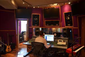 Erik Nerback är med i föreningen Teknikeralliansen och jobbar den här dagen som tekniker i studion tillsammans med Mats Björke och Dalapop-artisten Ronja Pettersson.