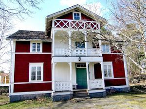 Sommarhemmet består av en äldre fiskargård med boningshus, uthus, båthus, länga och rökeribyggnad och de arrenderar den av Gävle kommun.