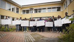 Från vänster: Mohamad Abn Rached, Abed Jalbout, Alan Mesir, Mohannad Habab, Joel Drajiro, Zoziqne dos Santos, Shamira Abdul och Mohammad Mohammadi protesterar mot att Primrose är hotat.